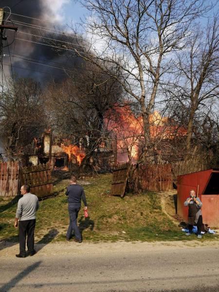 Incendiu la Poseşti: a luat foc o casă (galerie foto)