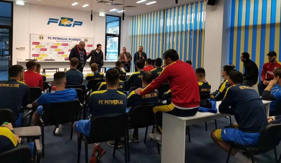 Înainte de nedorita mini-vacanță din… mini-retur, FC Petrolul a făcut antrenamente, concursuri amicale și a vândut bilete virtuale pentru meciul amânat contra Ripensiei, idee ADGA în beneficiul CCJ!