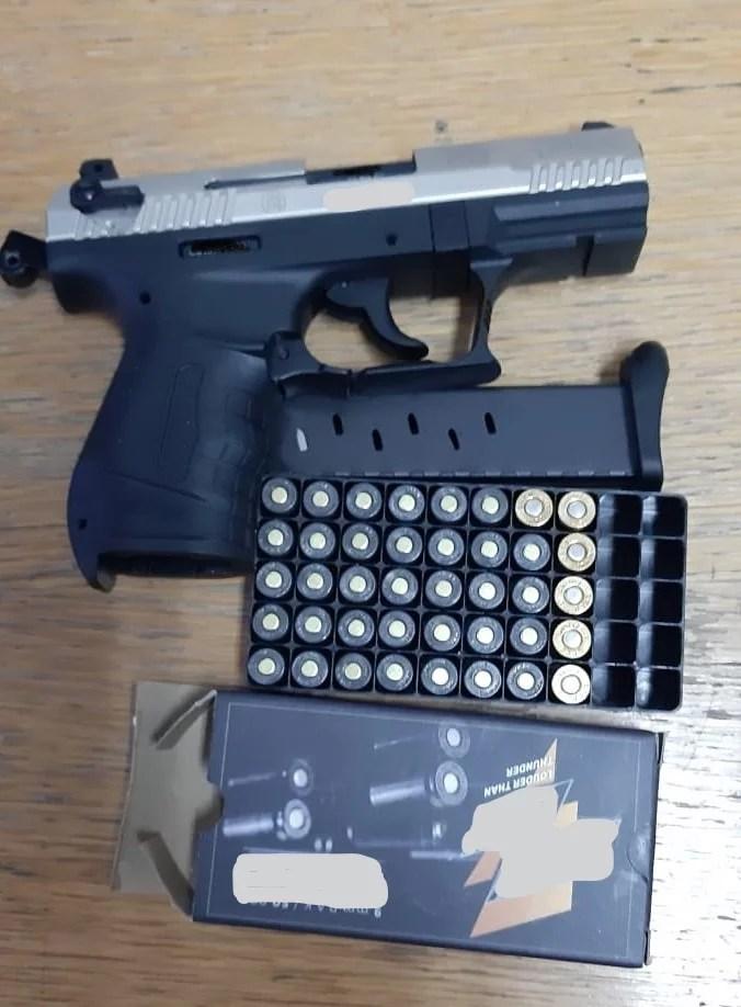 Bucureştean prins când punea ilegal în vânzare un pistol, la Câmpina