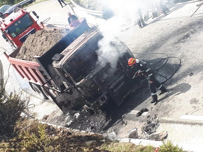 Un camion a luat foc în trafic, la Sinaia
