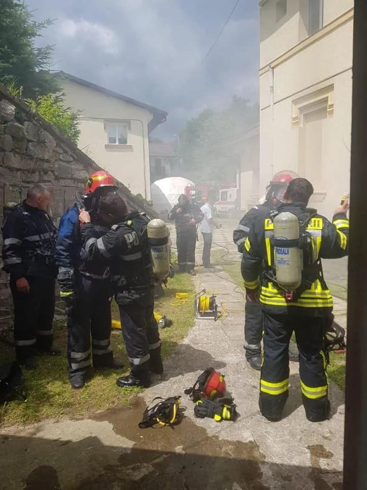 Foto. Un incendiu la Spitalul Sinaia a prins bolnavi pe masa de operaţie şi anesteziaţi. Un nou-născut şi o lăuză au fost evacuaţi de urgenţă