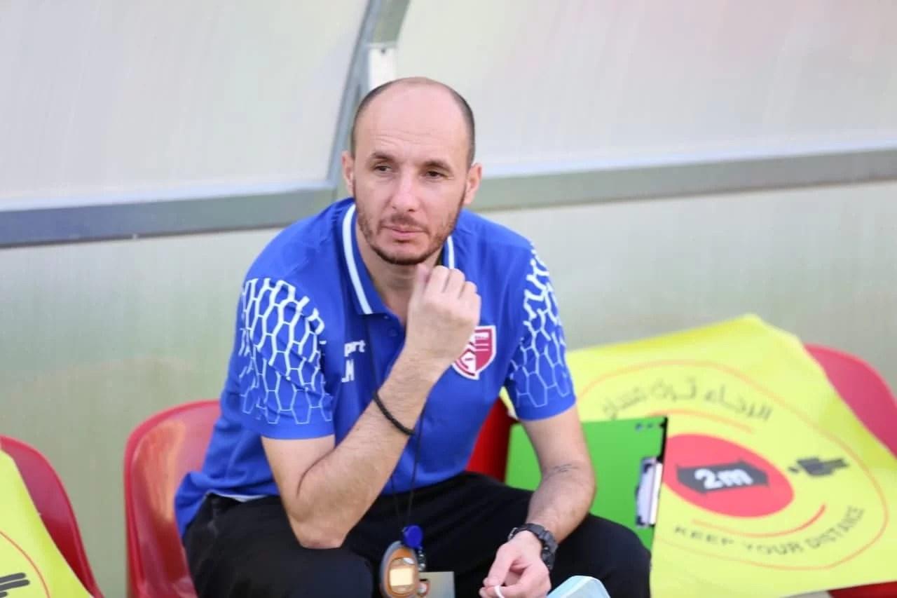 Un antrenor prahovean de fotbal a debutat cu victorie în prima ligă a statului Oman. Mihai Dinu l-a urmat în Golf pe fostul său șef de staff de la Gloria Buzău! Cei doi au promovat-o în eșalonul secund pe actuala trupă a lui Ilie Stan