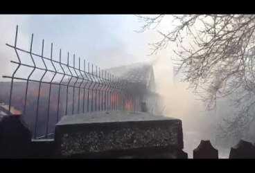 Comarnic: De la un foișor, au ars două case! (video)