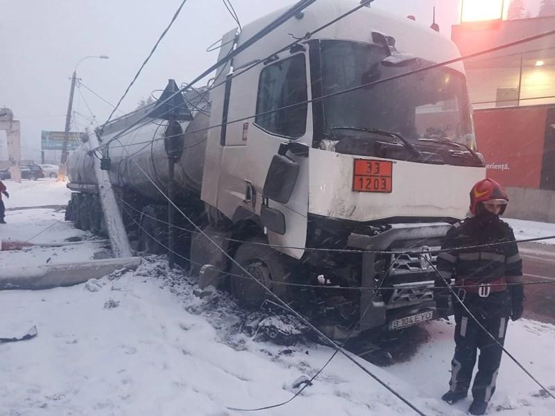 O autocisternă încărcată cu carburanți a retezat un stâlp de electricitate la Bușteni
