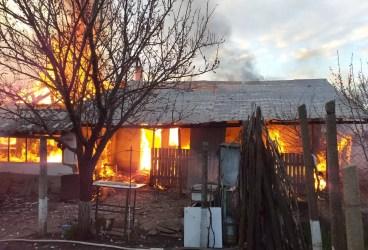 Imagini de la incendiul de azi dimineaţă din comuna Colceag