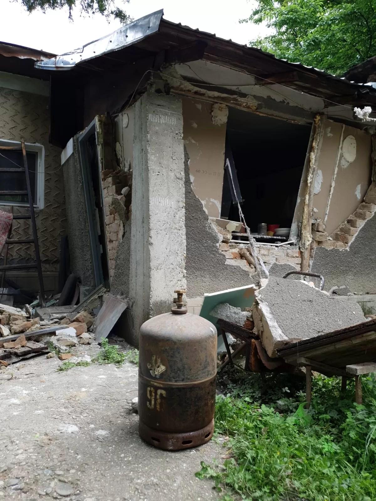 Explozia unei butelii la Șirna a avariat o casă și a rănit grav un tânăr (imagini)