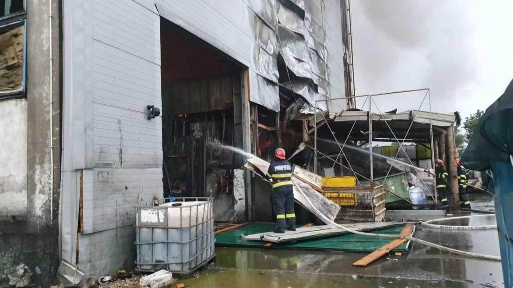 Hala EcoBurn este inundată cu 300 tone de spumă, pentru stingerea în totalitate a incendiului