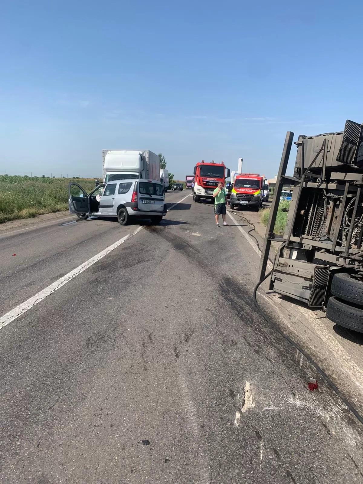 Accident cu autocamion răsturnat și două autoturisme lovite, în apropiere de Mizil (imagini)