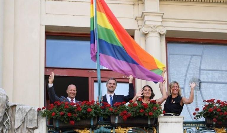 """Czeski Ratusz w Pradze zawiesił tęczową flagę – zaczyna się """"Festiwal Dumna Praga"""""""