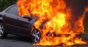 Un autoturism în flăcări, la Valea Mare