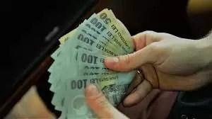 Guvernul demis mai dă 100 de lei la salariul minim