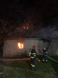 Casă în flăcări, o familie a rămas pe drumuri
