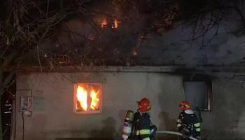 Casa_in_flacari_ Ore întregi s-au chinuit pompierii cu flăcările iadului