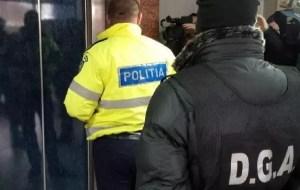 Polițiștii au confiscat mii de măști, mănuși și dezinfectanți de la speculanți care le vindeau la suprapreț