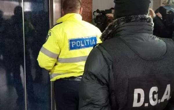 politist-prins-in-flagrant-Deveselu Polițiștii au confiscat mii de măști, mănuși și dezinfectanți de la speculanți care le vindeau la suprapreț