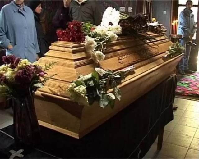 sicriu-femeie-ucisa-de-coronavirus Românca ucisă de coronavirus, în Italia, a fost adusă în SECRET în țară și înmormântată fără preot