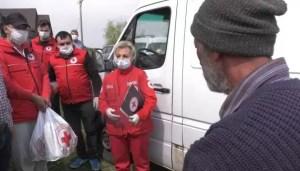 Voluntarii de la Crucea Roșie alături de bătrâni în Săptămâna Mare