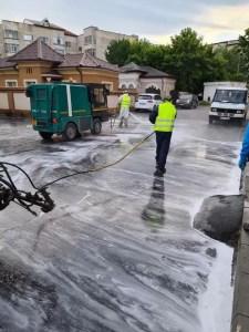 Igienizarea spațiilor publice din Slatina continuă
