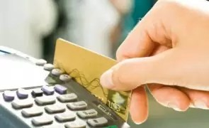 O mare bancă din România își OPREȘTE sistemul de carduri, în noaptea de vineri spre sâmbătă