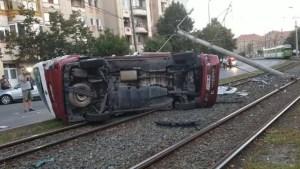 Accident grav: un microbuz s-a izbit de un stâlp de electricitate și s-a răsturnat