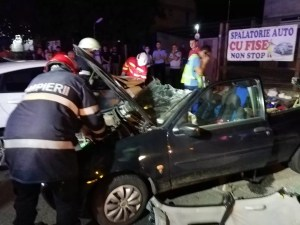 Accident: Trei persoane au fost rănite după ce maşina în care se aflau a rupt parapetul de pe un pod