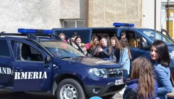 jandarmi Jandarmii, în mijlocul oltenilor pentru a le oferi mai multă siguranță