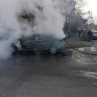 Mașină făcută scrum pe o stradă din Slatina