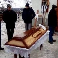 """A """"ÎNVIAT"""", DUPĂ CE A FOST AȘEZATĂ ÎN SICRIU"""