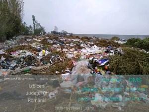 Munți de gunoaie pe un teren din Izbiceni