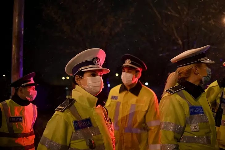 politisti-masca-petreceri