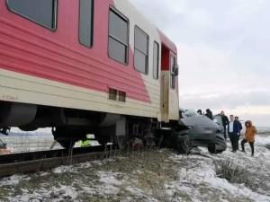 Un tren a lovit o mașină: doi oameni au murit