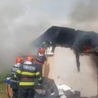 Casă mistuită de flăcări, în Slatina