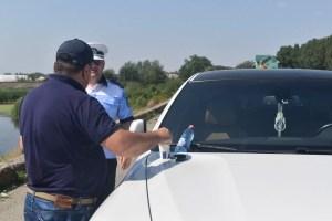 Polițiștii olteni au tras pe dreapta sute de șoferi și i-au ''amendat'' cu apă rece