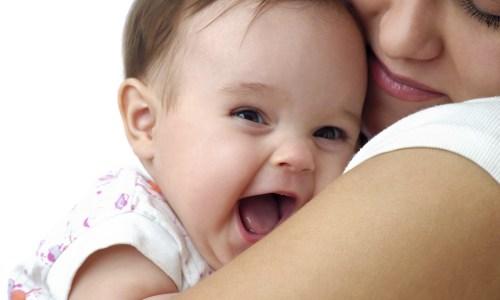 Bebja e cila lëviz shumë në barkun e nënës, a do të jetë e lëvizshme edhe pas lindjes?
