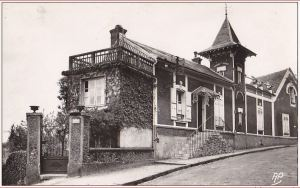 Carte postale ancienne (CPA) de la maison Ravel de Montfort l'Amaury.