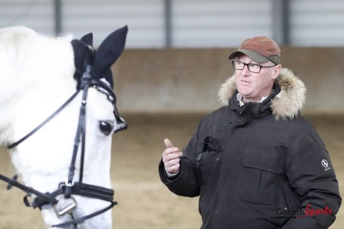 Olivier Lemessager apportant les conseils au cavalier.