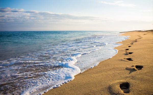 Pasos en una playa