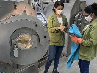 Mulheres no comando de lavanderia indiana