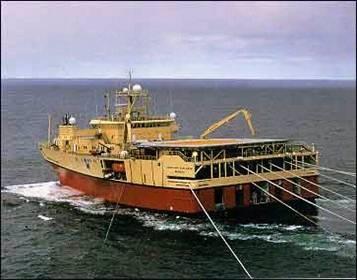 Um navio de colocação de cabos submarinos em http://gcaptain.com