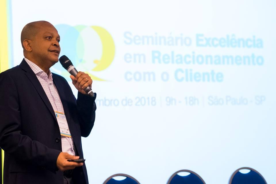 Carlos Mathias apresentando D+ Qualidade no Seminário do PrêmioABT