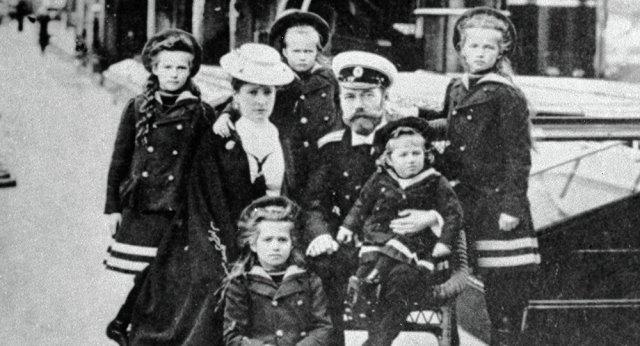 El Zar Nicolás II junto con esposa y sus cinco hijos, antes que fueran fusilados por los bolcheviques.