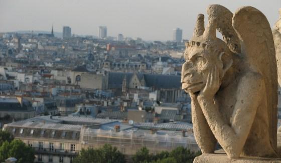 Una de las gárgolas que adornan las alturas de la Catedral de Notre Dame.
