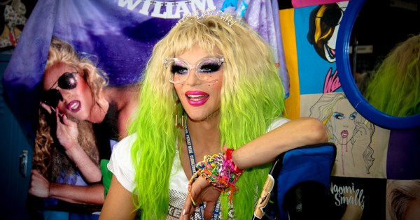 willam smiles in green wig for drag race juniors