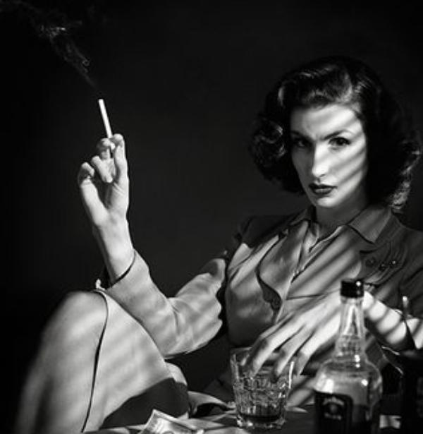 trabajo-practico-04-historieta-policial-mano-pose-cigarro