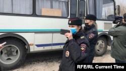 Задержание журналистов возле колонии в Покрове. Фото: Настоящее Время