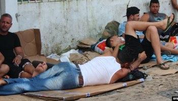 Cubanos duermen en la calle en la localidad de Paso Canoas, poruqe los albergues no dan abasto. EFE