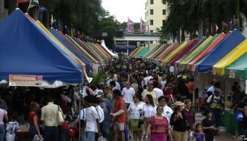Miles de personas recorren la Feria Internacional del Libro en el campus del Miami Dade Collage.