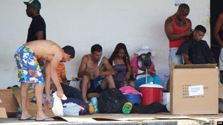 Cubanos varados en la frontera de Panamá con Costa Rica