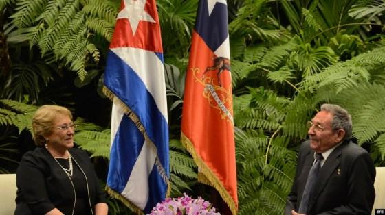 Raúl Castro (d), y la presidenta de Chile, Michelle Bachelet (i).