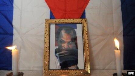 Una foto de Orlando Zapata Tamayo centra una vigilia en su honor realizada en La Habana en el primer aniversario de su muerte en febrero del 2011.
